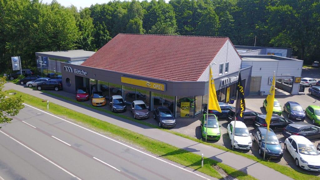 Autohaus mit Drohne von oben